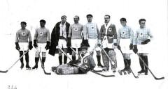 L'équipe de France de hockey lors de la « Semaine Internationale des Sports d'Hiver » en 1924 De gauche à droite : Joseph MONARD, André CHARLET, Léon QUAGLIA, Alfred DE RAUCH, Pierre CHARPENTIER, Maurice DEL VALLE, Raoul COUVERT, Albert HASSLER, gardien : Charles LAVAIVRE