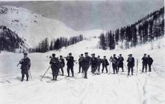 En 1908, Michel PAYOT organise les 1ers championnats internationaux de ski. Ci-dessous les fanfares locales accueillent les équipes militaires.
